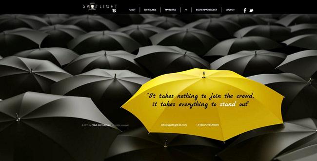 Желтый зонтик на фоне черных зонтиков