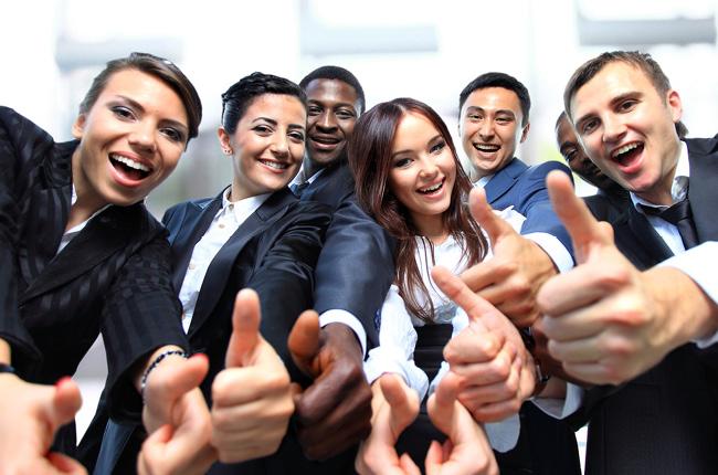 Фотография черезчур довольных сотрудников