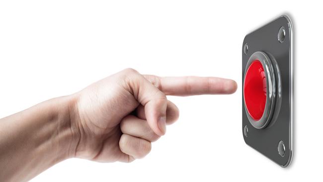 Рука, нажимающая на красную кнопку