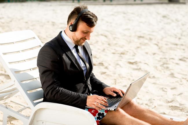 Можно работать из дома... а можно и на пляже :)