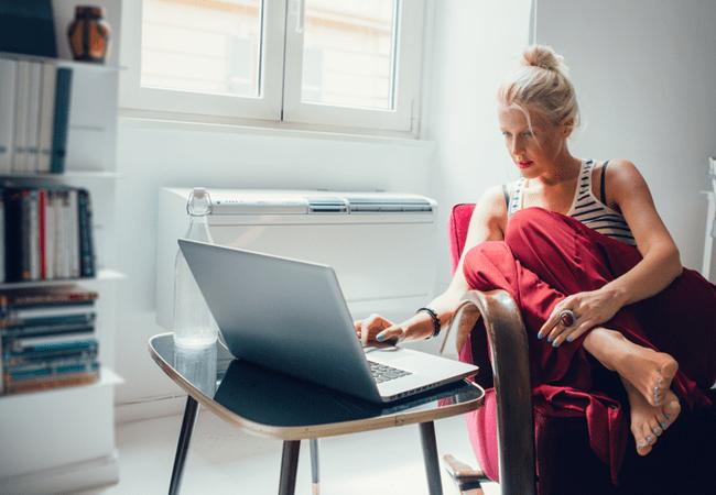женщина предприниматель работающая на  себя