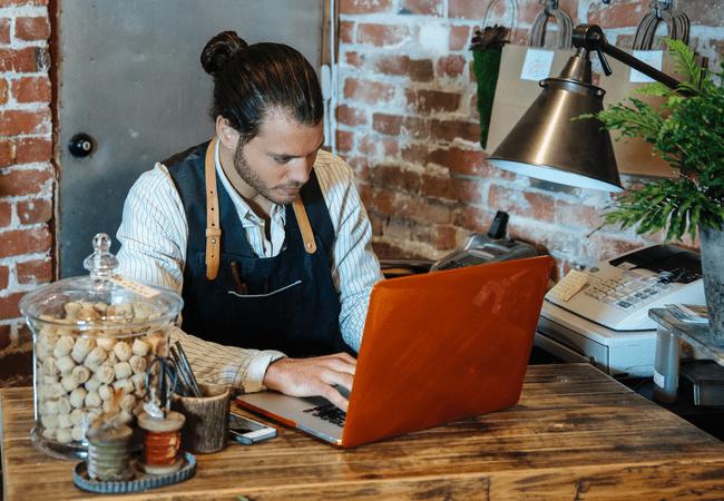 владелец малого бизнеса создает себе сайт